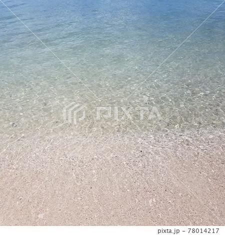 沖縄の夏のきれいな海と砂浜の風景 78014217