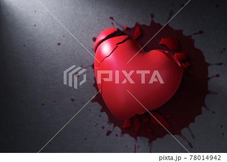 傷つけられ、壊れた心臓と血だまり。暴力と死のイメージ。 78014942
