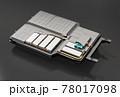 黒バックに電気自動車用バッテリーパックのカットイメージ。 78017098
