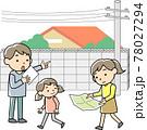 災害時の避難経路を確認する家族 78027294
