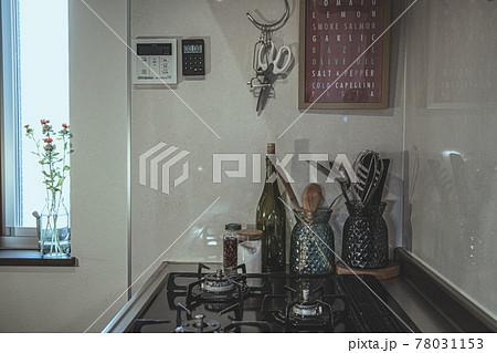 窓のあるキッチンのガスコンロとキッチンツール 78031153