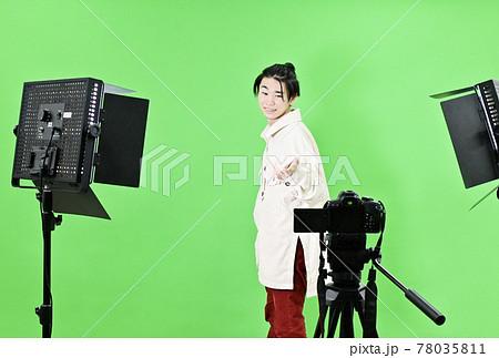 動画撮影 動画クリエイター スタジオ撮影 YouTuber クロマキー 人物撮影 イメージ素材 78035811