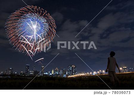 【夢見る若者のイメージ】花火と夜景を見つめる青年 78036073