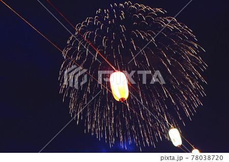 【埼玉】戸田橋花火大会 並ぶ提灯の後ろに咲く大輪の打上花火 78038720