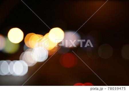 玉ボケのロマンチックな夜の抽象的なイメージ素材 78039475