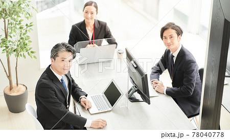 デスクに座った3人のビジネスパーソン 78040778