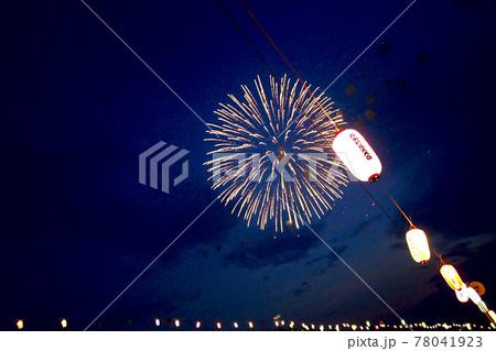 【埼玉】戸田橋花火大会 提灯が並ぶ夜空に咲く大輪の打上花火 78041923
