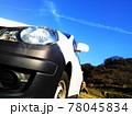 車と青空、飛行機雲 78045834