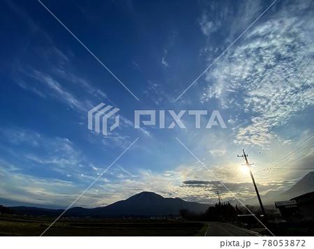 太陽光が優しく空と雲を包み込んでいる様子 78053872