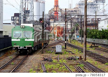 工場内を走行する岳南電車(岳南原田駅) 78058317