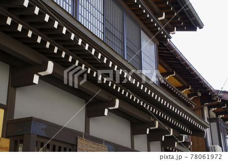 伝統的な建築様式が見られる飛騨の家屋 78061972