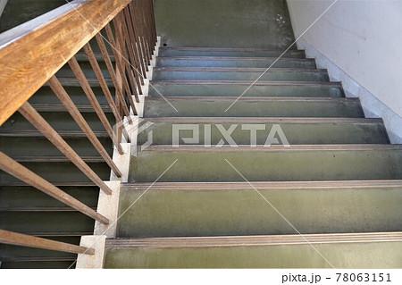 学校の階段(緑の床、木の手すり) 78063151