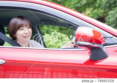 車を運転する若い女性 78063328