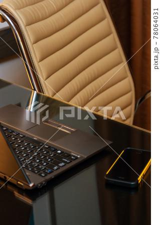 デスクに置かれたノートパソコンとスマートフォン 78064031
