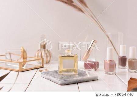 パウダールームの香水瓶 78064746