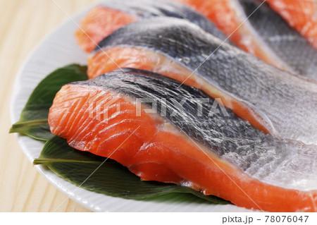 皿に盛った銀鮭の切り身 78076047
