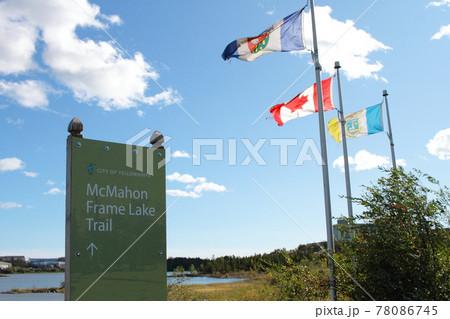 イエローナイフの湖に掲げられた風になびく旗 78086745