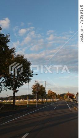 すっきりと広がる田舎の青空と、どこまでも続く真っすぐな道 78089130