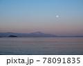 風景素材 夕暮れの琵琶湖とスーパームーン 78091835