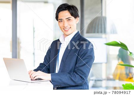 オフィスでパソコンを使うビジネスマン 撮影協力「+SHIFT NOGIZAKA」 78094917