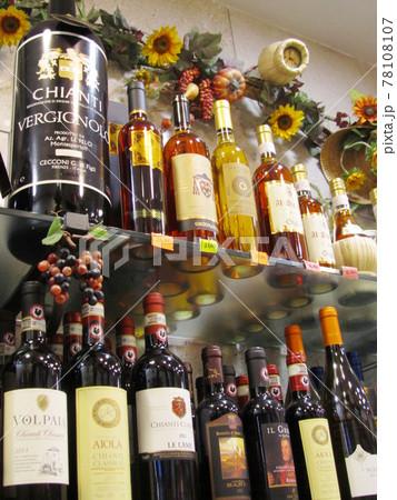 イタリア/フィレンツェ 売り場に並ぶワイン 78108107