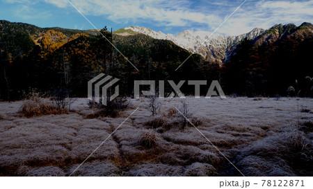 上高地の穂高連峰と湿原のパン映像 紅葉 78122871