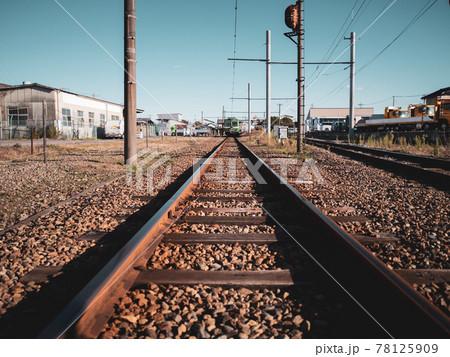 まっすぐに伸びる線路 岳南江尾駅 78125909