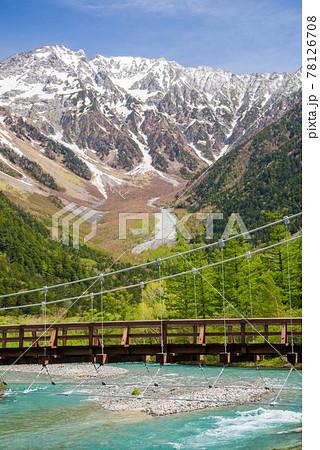 新緑の上高地【河童橋と残雪の穂高連峰】 78126708