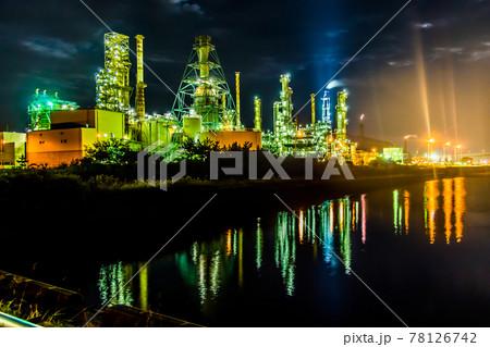室蘭工場夜景、水面に反射する光。北海道 78126742