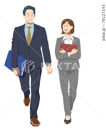 オフィスで談笑をする男女の会社員 78127143