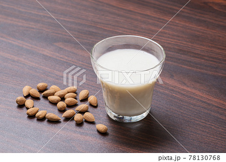アーモンドミルク 植物性ミルク イメージ素材 78130768