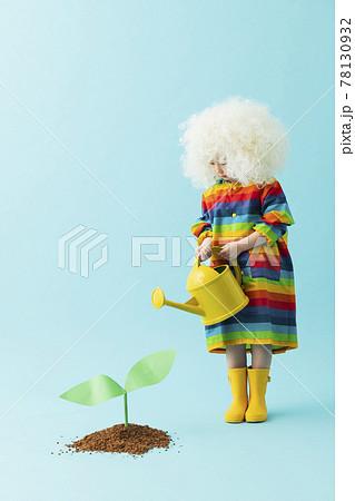 植物を育てる女の子のポートレート 78130932