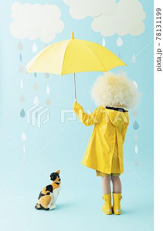 傘をさす女の子のポートレート 78131199