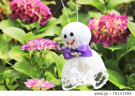 梅雨のイメージ 紫陽花とてるてる坊主 78131484