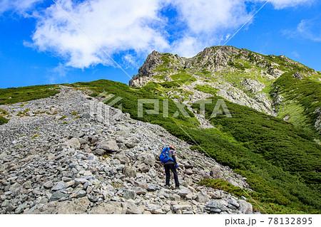 前剱の険しい岩場を登る登山者 78132895