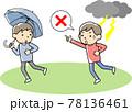 傘をさす人に落雷の危険を知らせる男性 78136461