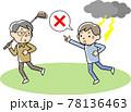 ゴルフクラブを持つ人に落雷の危険を知らせる男性 78136463