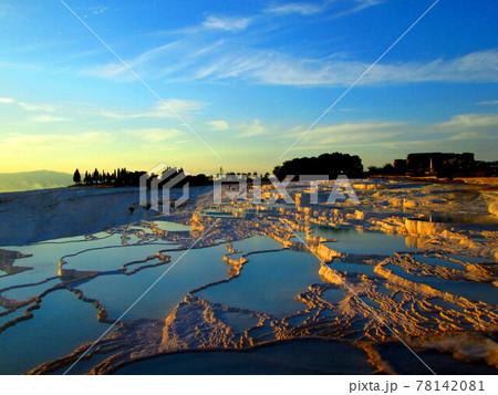 夕焼けの染まるパムッカレの白い棚田、トルコ 78142081