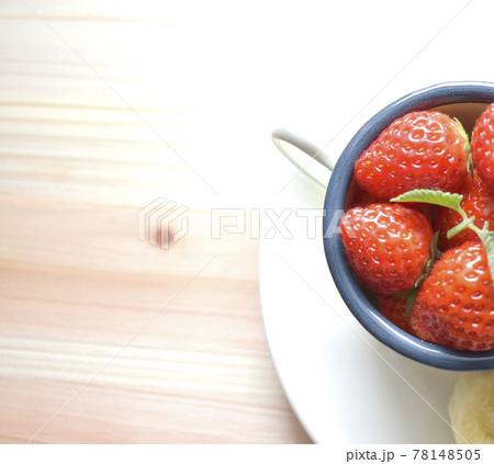 真上から見た白いコーヒーカップの中のイチゴとバナナ 朝食風景 78148505