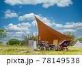 キャンプ場でタープを張る 78149538