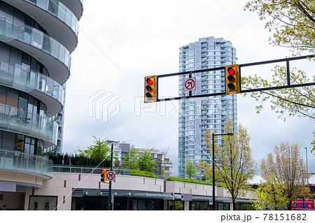 バンクーバーの街中(ビル街と信号機) 78151682