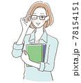 本を持つメガネをかけた女性 78154151