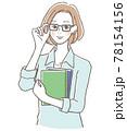 本を持つメガネを掛けた女性 78154156