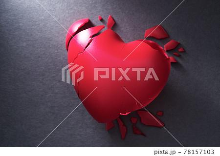 ダメージを受け壊れたハート。心臓の病気。暗いイメージ。 78157103