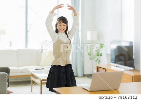 パソコンを見ながらバレエを練習する女の子 78163112