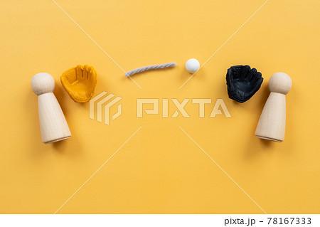 キャッチボール、コミュニケーション 人型のオブジェと、野球のグローブとボールのおもちゃ 78167333