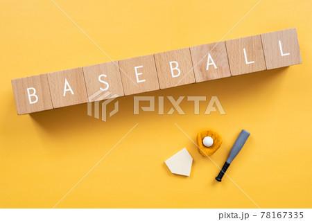 野球、ベースボール|「BASEBALL」と書かれた積み木と野球道具のおもちゃ 78167335