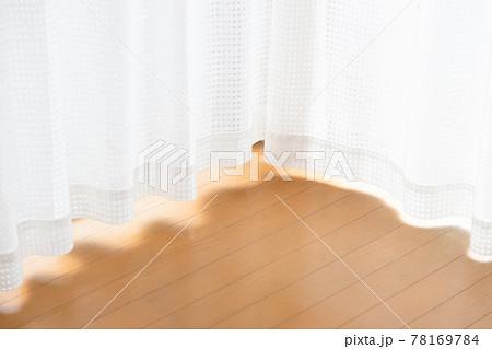 カーテンからの自然光が明るいフローリングの部屋 78169784