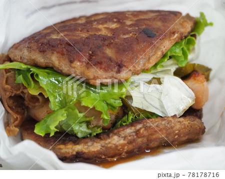 パンズが肉になっているハンバーガー 78178716