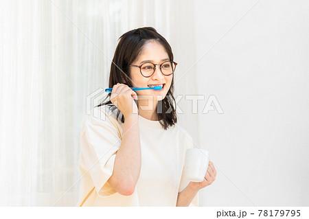 歯みがきをする若い女性 78179795